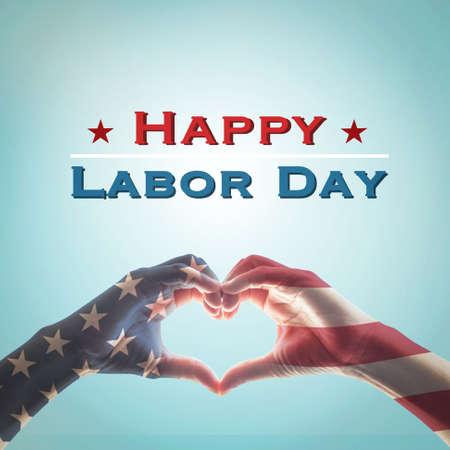Modèle de drapeau américain sur les mains des gens en forme de coeur isolé sur fond de ciel bleu vintage