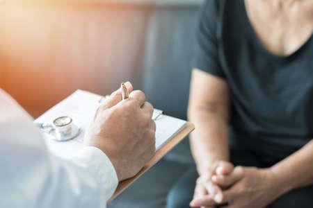 Médico geriátrico (geriatra) consulta y diagnóstico que examina a un paciente adulto mayor (persona mayor) sobre el envejecimiento y la atención de la salud mental en el consultorio de la clínica médica o en la sala de examen del hospital