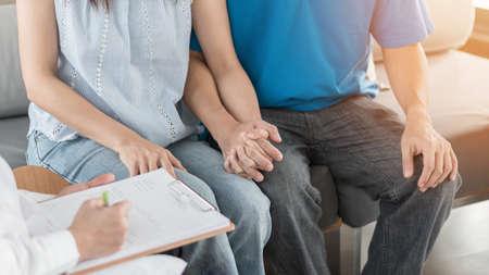 Pareja de pacientes que consulta con un médico o psicólogo sobre la terapia de salud médica de hombres y mujeres de la familia, el tratamiento de FIV de fertilidad in vitro para la infertilidad o el concepto de salud de ETS Foto de archivo