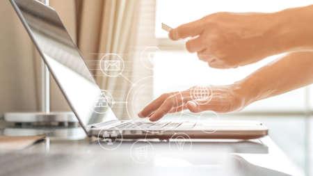 Menschen mit digitalem Lebensstil, die mit Kreditkarte bezahlen, um von zu Hause aus Omni-Channel-Marketing zu tätigen Standard-Bild