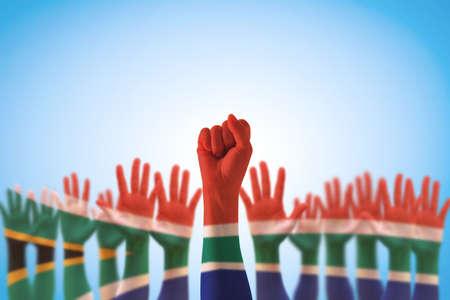 Südafrikas Nationalflaggenmuster auf den Fausthänden des Führers für Menschenrechte, Führung, Versöhnungskonzept