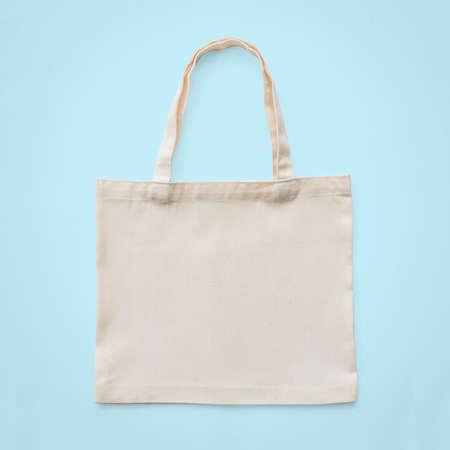 Einkaufstasche Mock-up-Leinwand-weißes Baumwollgewebe für Öko-Schulter-Einkaufssack-Modell leere Vorlage isoliert auf pastellblauem Hintergrund (Clipping-Pfad)