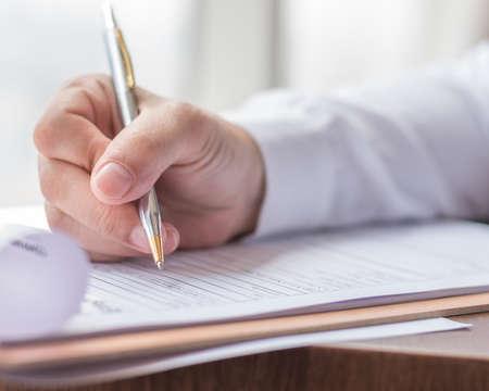 Demandeur remplissant le formulaire de candidature de l'entreprise pour postuler à un emploi ou enregistrer une demande d'assurance maladie