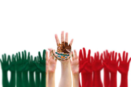 Motif du drapeau national du Mexique sur les mains des gens se levant pour la célébration du jour de l'indépendance mexicaine et le festival Cinco de Mayo
