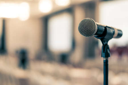 Microfoonstemspreker in zakelijk seminar, spraakpresentatie, gemeentehuisvergadering, collegezaal of conferentieruimte in bedrijfs- of gemeenschapsevenement voor gastheer of openbare hoorzitting