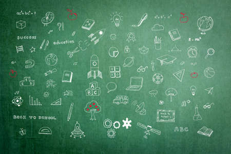 Imagination et inspiration éducatives de l'enfance avec le dessin à la main des élèves sur le tableau vert de l'école de l'enseignant en classe pour la carte mentale de la rêverie et le concept d'éducation des tiges Banque d'images