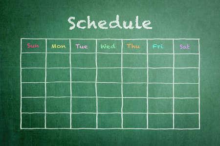 Programar con horario de cuadrícula en pizarra verde Foto de archivo