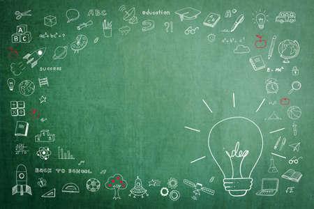 Idée d'ampoule doodle sur tableau vert avec espace de copie vierge pour la réussite éducative et le concept de créativité