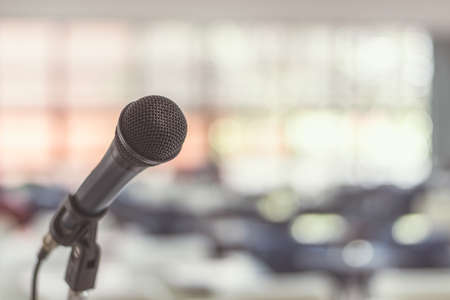 Mikrofonsprecher im Seminarraum, Hörsaal oder Konferenzmeeting in pädagogischen Geschäftsveranstaltungen für Gastgeber, Lehrer oder Coaching-Mentor