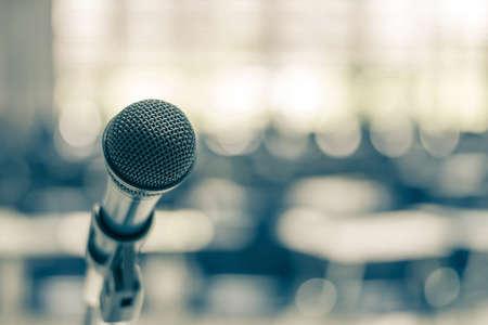 Altavoz de voz de micrófono en la sala de conferencias de la escuela, sala de reuniones de seminarios o evento de conferencia de negocios educativa para el anfitrión, maestro o mentor de entrenamiento