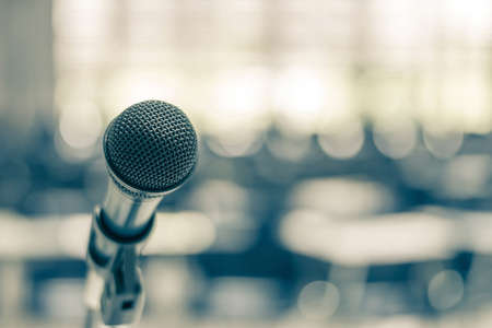 Mikrofonsprecher im Hörsaal der Schule, im Seminarraum oder in der pädagogischen Geschäftskonferenzveranstaltung für Gastgeber, Lehrer oder Coaching-Mentor