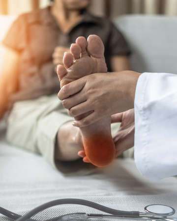 Plantar Fasciitis or heel pain illness in feet of woman patient who having medical exam with orthopaedic doctor on aching tendon, inflammation or disorder of the connective tissue on foot and toe Standard-Bild