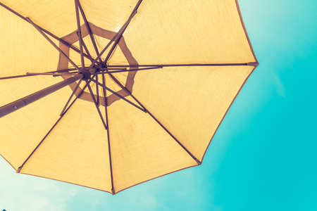 Fondo de verano sombrilla de playa sombrilla protección uv