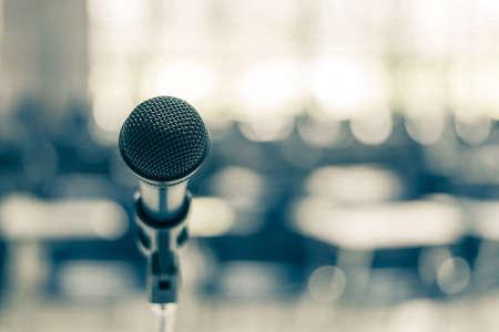 Altavoz de micrófono en la sala de conferencias de la escuela, sala de reuniones de seminarios o evento de conferencia de negocios educativa para el anfitrión, maestro o mentor de entrenamiento Foto de archivo