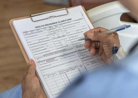 Solicitud de formulario de reclamo de seguro médico para cobertura de Medicare y tratamiento médico para pacientes con enfermedad, lesiones por accidente y admitidos en la sala del hospital Foto de archivo