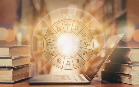 Horóscopo en línea con el estudio de la astrología y la constelación del signo del zodíaco para el concepto de curso de educación de predicción y adivinación con la rueda horoscópica sobre el libro viejo y la computadora portátil en la biblioteca de la escuela