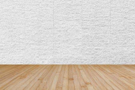 Plancher en bois en brun jaune avec mur de carreaux de brique en pierre de granit de fond texturé de couleur gris blanc