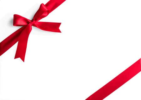 Ruban de satin rouge tissu à rayures d'angle arc isolé sur fond blanc
