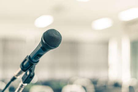Microfoonluidspreker voor seminar of conferentiebijeenkomst in educatief zakelijk evenement Stockfoto