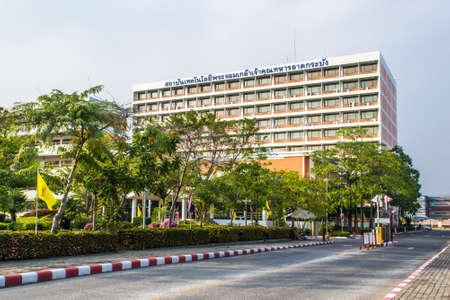 BANGKOK, TAILANDIA - 5 DE ENERO: Letrero del Instituto de Tecnología Ladkrabang (KMITL) del Rey Mongkut situado frente a la oficina del Canciller de KMITL