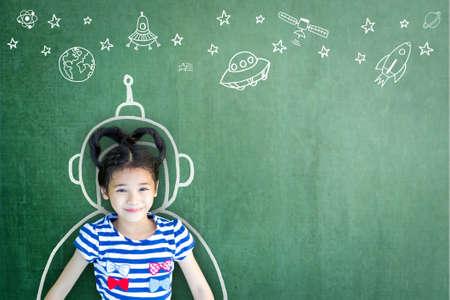 Fantasie von Schulmädchen mit Lerninspirationswelt in innovativer Wissenschaftstechnologie, Ingenieurmathematik, MINT-Bildung und universellem Kindertageskonzept Standard-Bild