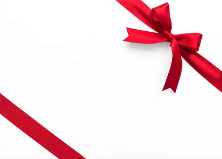 Tessuto a strisce con nastro di raso con fiocco rosso sull'angolo per la confezione regalo per le vacanze di Natale Archivio Fotografico
