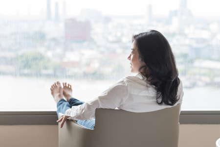 Rilassamento dello stile di vita semplice con uno stile di vita sano di una donna d'affari asiatica lavoratrice rilassata riposando in un hotel confortevole o in un soggiorno di casa avendo tempo libero con tranquillità ed equilibrio di auto-salute