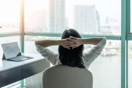 Arbeiten Sie von zu Hause aus, gesunder Lebensstil mit entspannender asiatischer Geschäftsfrau