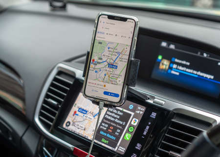 BANGKOK, THAILAND-27 October, 2020: Google Maps app with Apple CarPlay on car screen dashboard and iPhone, smart UI mobile application for travel navigation and vehicle transportation safety 版權商用圖片 - 159001222