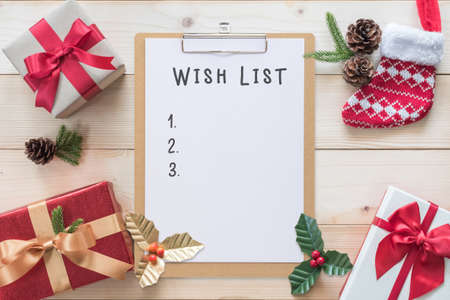 Christmas and new year wish list on clipboard note and gift box background with xmas present for boxing day, winter seasonal holiday celebration Zdjęcie Seryjne - 161329596
