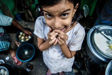 negocios comida: Puran Dhaka, 11 de mayo de 2012: Una chica vino a su padre para ayudar a su negocio de comida de la calle en la ma�ana Editorial