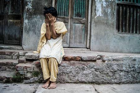 ashamed: Puran Dhaka, 11 de mayo de 2012: Una ni�a de la calle estaba avergonzado cuando me estaba tomando fotos y ocultar sus sonrisas
