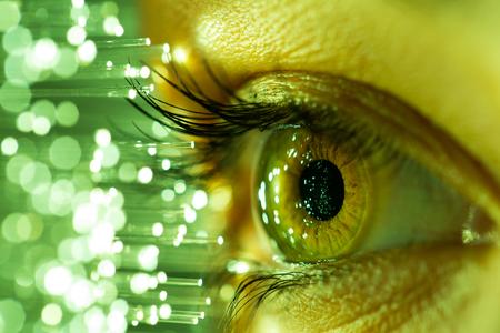 Gros plan de l'oeil de la femme en cours de numérisation