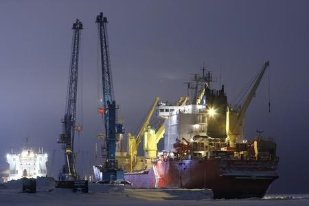 capitan de barco: Contenedor de barco del capit�n Danilkin la carga, puerto de mar Dudinka, Federaci�n de Rusia, diciembre 2011 Editorial