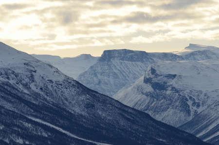 snow capped: majestuosos picos nevados de las monta�as en invierno Foto de archivo