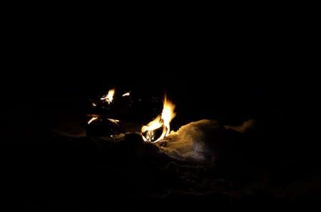 log fire: caminetto betulla sulla neve di notte