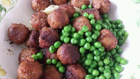 estereotipo: Swedish meatballs with green peas and mash potatoes