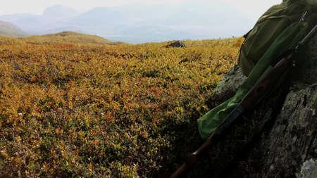 red: La caza del urogallo en el oto�o de la monta�a con la escopeta mochila sol y urogallo de descanso en el canto rodado Foto de archivo
