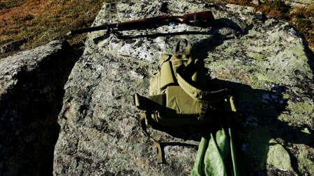 red: Escopeta, mochila y urogallo p�jaro en red en el canto rodado durante la temporada de caza de aves groude en oto�o