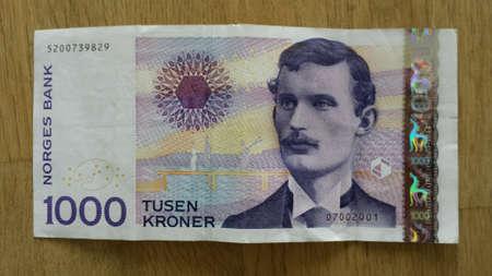 Norweski tysięcy koron banknot banknot waluty zbliżenie na drewnianym stole