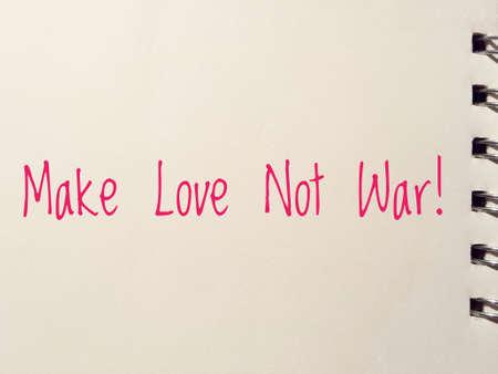faire l amour: faire l'amour pas la guerre écrites sur papier blanc bloc-notes Banque d'images