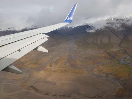 SVALBARD, LANGJÄHR 19. AUGUST 2018: Sas Flugzeug nähert sich Spitzbergen mit kargen und schönen Spitzbergen Natur Hintergrund nature