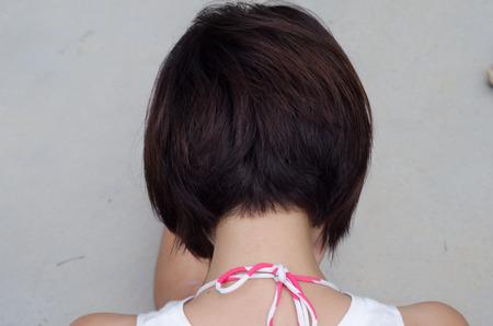 Beauty Woman zwart kort haar. Detailopname. Haircut. Kapsel. Rand.