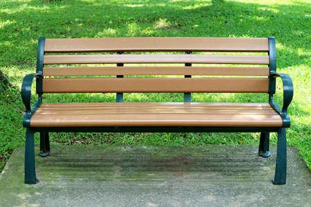 Holzbank im Freien isoliert im Stadtpark
