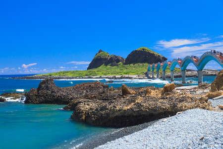 far east: El puente más allá de la curva sea.it azul es famosa vista en Taiwán.