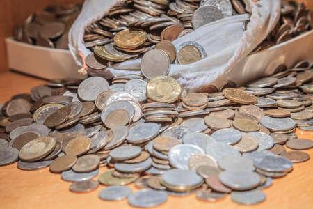 mucho dinero: LOT OF MONEY IN BAG. Foto de archivo