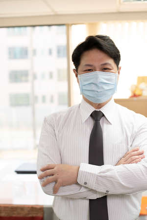 Wearing a mask in the office to prevent coronavirus. Imagens