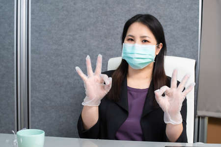 Wearing a mask in the office to prevent coronavirus. 版權商用圖片