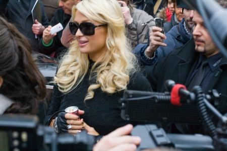 prominent: Frankfurt, Germany - February 3, 2011 - Paris Hilton in front of the Frankfurt historical stock exchange on the way to a press-conference
