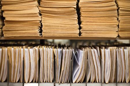 folder: Estante con las carpetas de archivos en un archivo Foto de archivo
